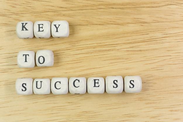 Ключ концепции к успеху на деревянном кубе для предпосылки. Premium Фотографии