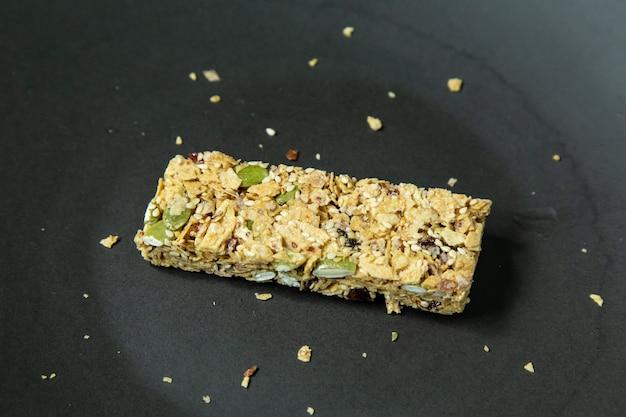 シリアルバー健康的なダイエット食品のイメージをクローズアップ。 Premium写真