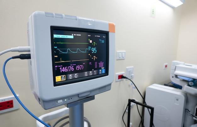 Монитор сердечного ритма в палате, медицинский монитор, отображающий показатели жизненно важных функций Premium Фотографии