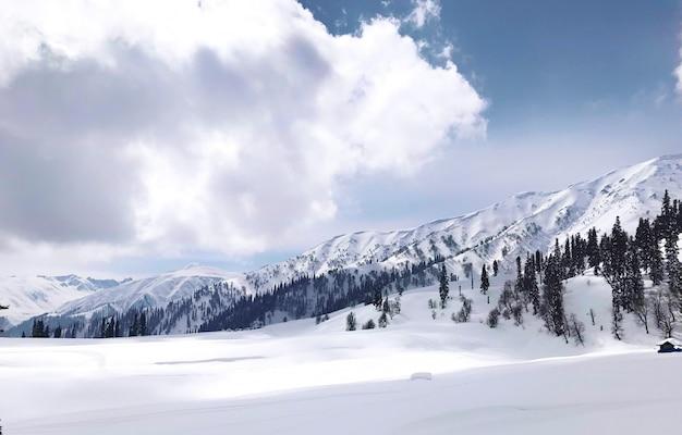 雪の山は空の線と雲、水平のシーンに対してランク付けされます。 Premium写真