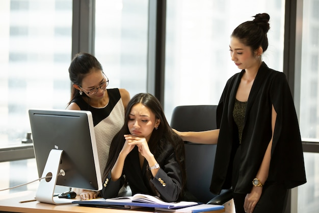 オフィスの机で働くビジネス部門の同僚 Premium写真