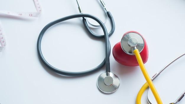 健康の日と良い健康的な生活の聴診器と赤いハートマーク Premium写真