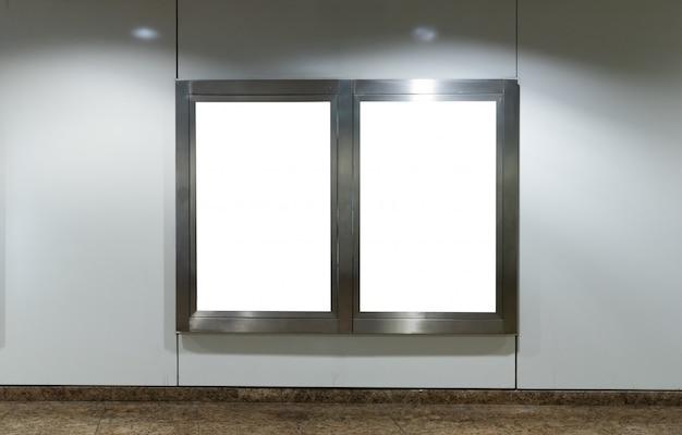 駅の金属看板 Premium写真