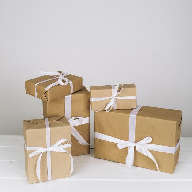 クリスマスの組成白い背景の上のクリスマスプレゼント Premium写真