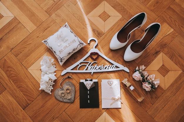 牡丹、ブートニア、香水、女性革靴、紙カードそして結婚指輪の花束 Premium写真