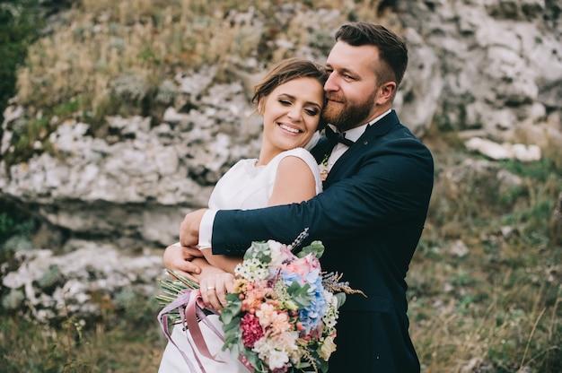 Портрет девушки и пары ищет свадебное платье, розовое летающее платье Premium Фотографии