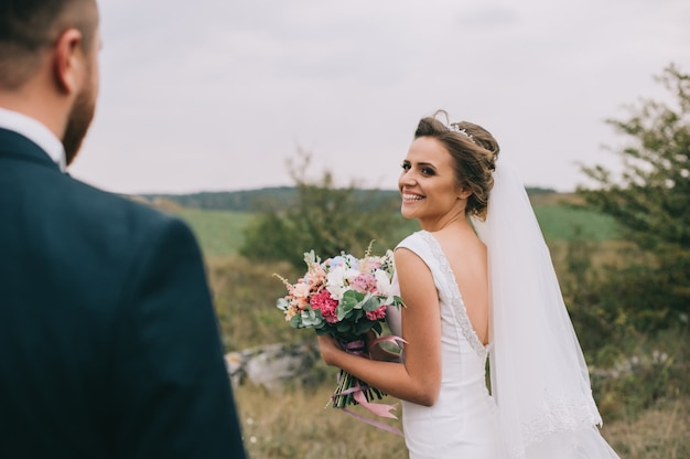 少女とウェディングドレスを探しているカップルの肖像画 Premium写真