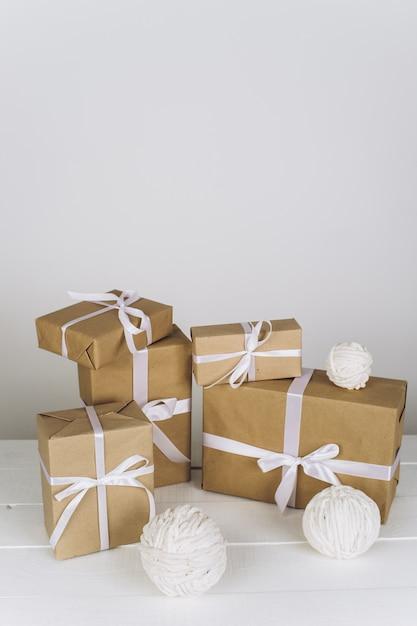 クリスマスの組成物。白い表面上のクリスマスプレゼント Premium写真