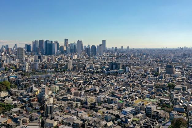 東京の新宿区と多くの超高層ビルの空撮。 Premium写真