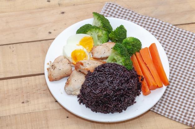 クリーンフード、ライスベリーライス、チキン野菜添え Premium写真