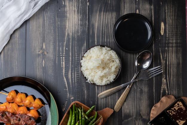 焼きチキンとご飯のクローズアップ Premium写真