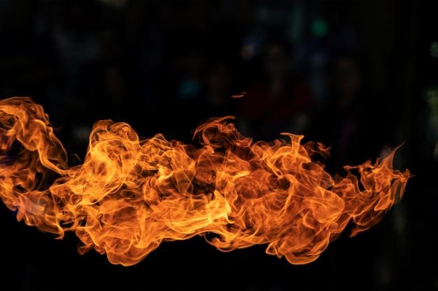 黒い背景に炎を発射します。 Premium写真