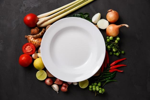 暗闇の中で様々なハーブ、スパイス、食材。上面図 Premium写真