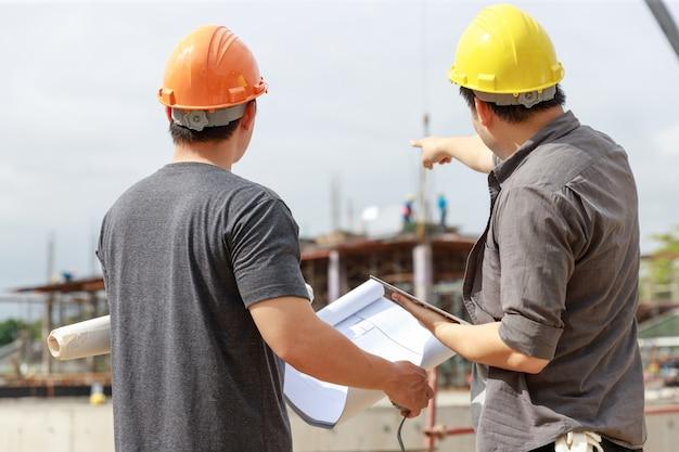 建設現場で働くエンジニアおよび建築家 Premium写真
