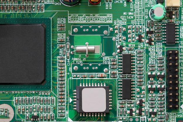 Компоненты разъема электроники на материнской плате компьютера. Premium Фотографии