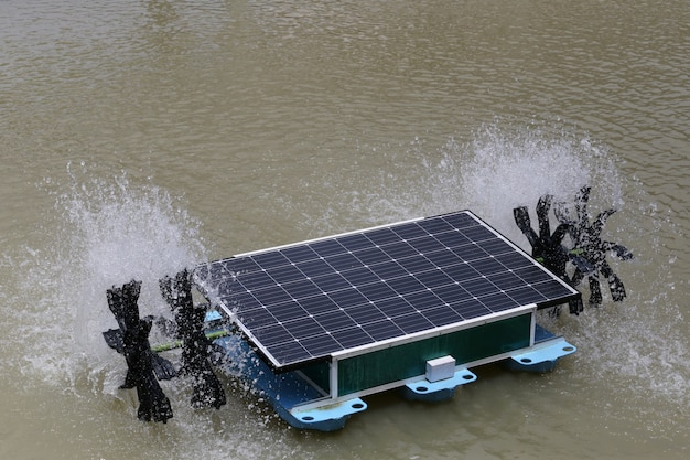 池の太陽熱水車 Premium写真