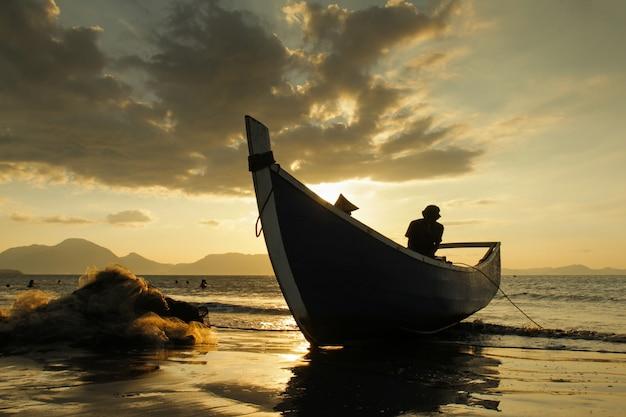 漁師の曇りの背景 Premium写真