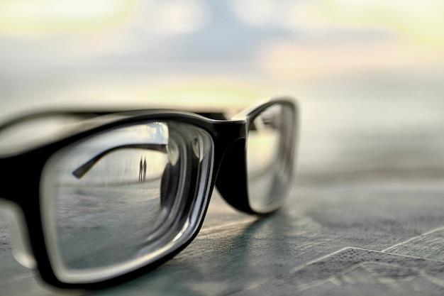 背景のボケ味で覆われたメガネ Premium写真