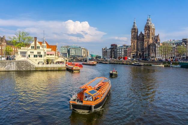 アムステルダムオランダのチャンネル住宅アムステル川ランドマーク古いヨーロッパの都市夏の風景 Premium写真