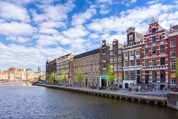 アムステルダム、オランダでの日差しの中でカラフルな伝統的な古い建物 Premium写真