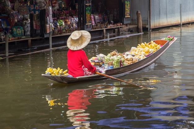 タイのバンコク近くダムヌンサドゥアック水上マーケット Premium写真