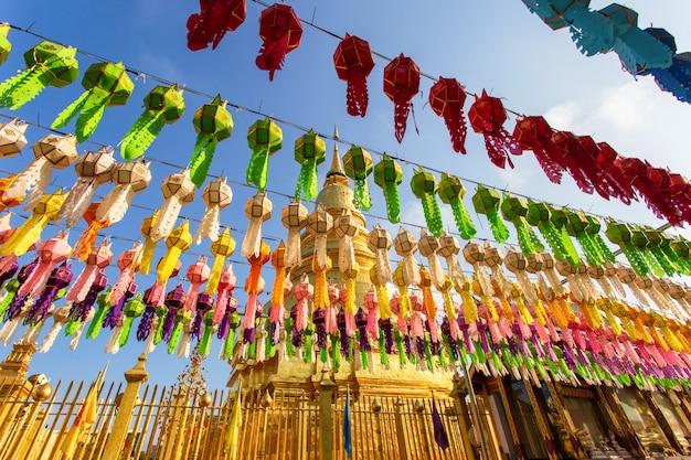 Фестиваль красочных ламп и фонарь в лой кратонг в ват пхра тат харифунчай Premium Фотографии