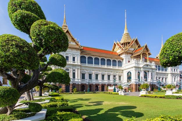 壮大な宮殿、青い空、バンコク、タイのワット・プラ・ケオウ Premium写真