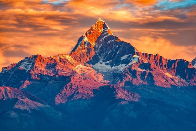 雪の尾根のフロンが付いている山の美しい曇り日の出ヒマラヤの視点、ポカラネパール Premium写真