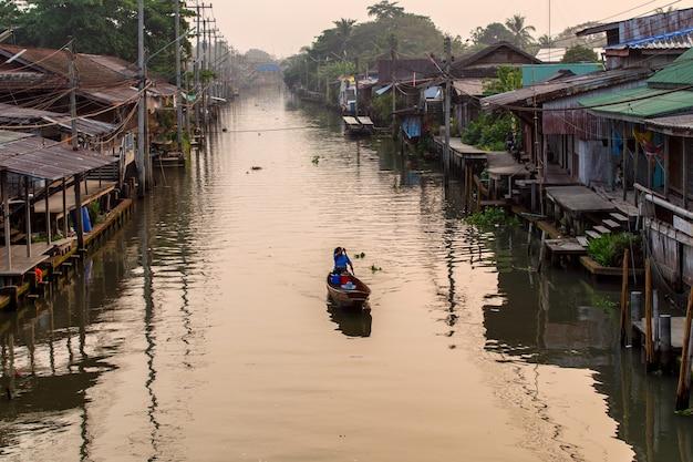 タイ、バンコクの近くのラチャブリのダムヌンサドゥアック水上マーケット Premium写真