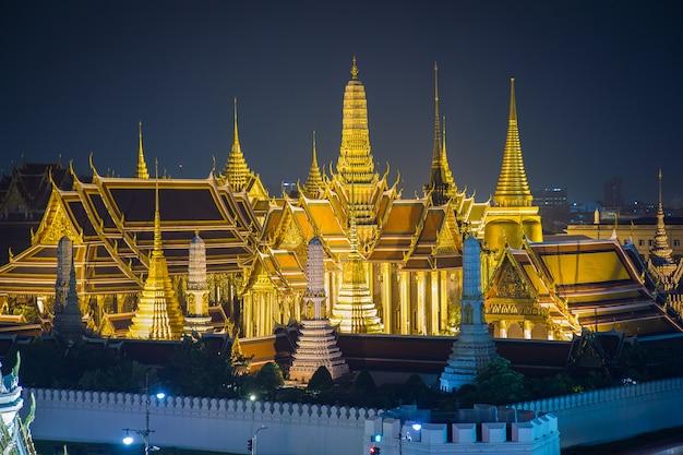 ワットプラケオ、エメラルド寺院、タイ、バンコクの夕暮れの壮大な宮殿 Premium写真