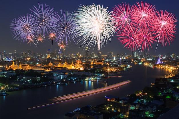 Большой дворец и бангкок с красочными фейерверками, таиланд Premium Фотографии