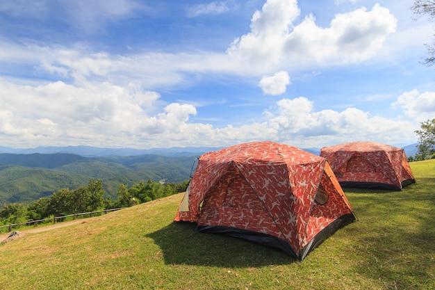 牧草地の中で森林キャンプの観光テント Premium写真