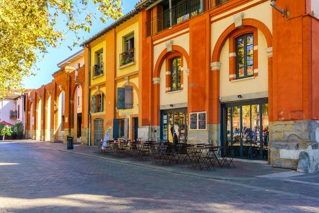 Типичный вид улицы в старом городе, тулуза, франция Premium Фотографии