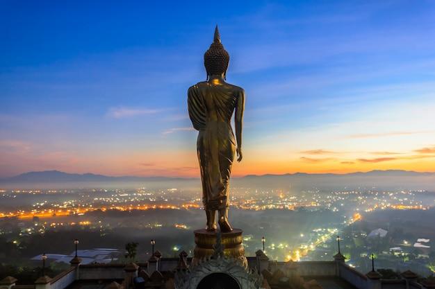 Восход солнца, золотая статуя будды в храме као ной, провинция нан, таиланд Premium Фотографии