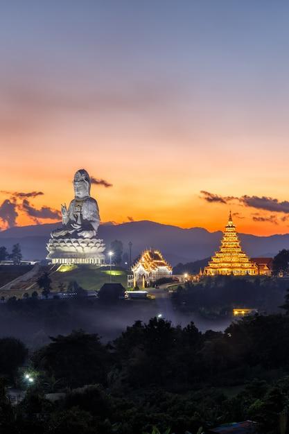 Ват хуай пла канг, китайский храм в провинции чианг рай, таиланд Premium Фотографии