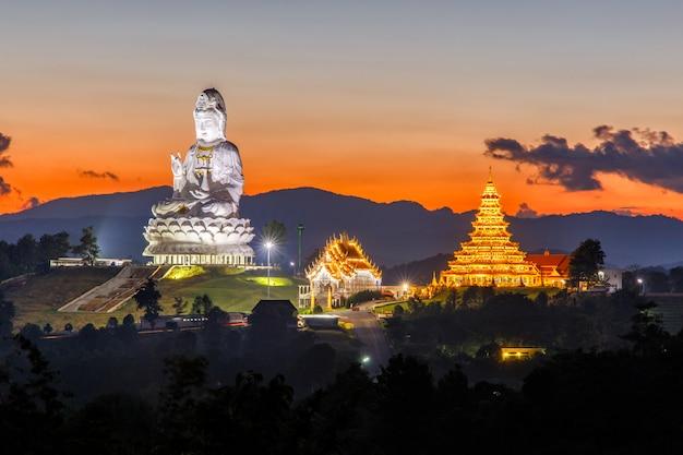 ワット・フアイ・プラカン、チェンライ県、タイの中国寺院 Premium写真