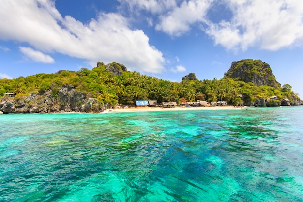 Тропический пляж, красивое море и голубое небо на еврейском острове лангка он расположен в тайском заливе Premium Фотографии