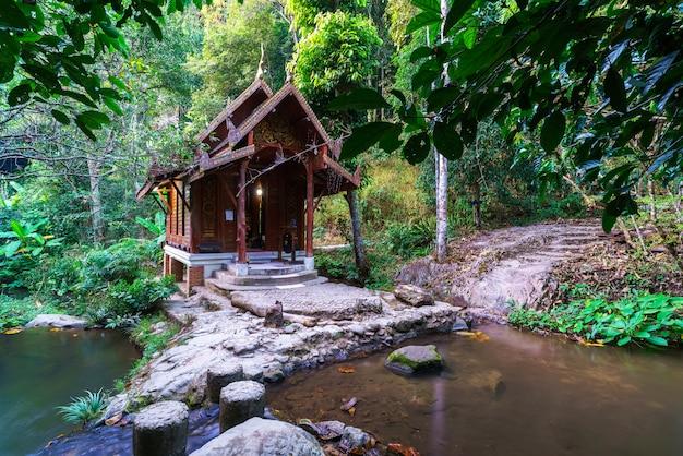 Знаменитый храм посреди воды ват хантха прукса или ват мае кампонг в деревне мае кампонг, чианг май, таиланд Premium Фотографии