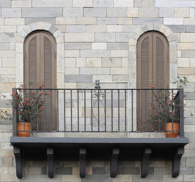Балкон с горшками Premium Фотографии