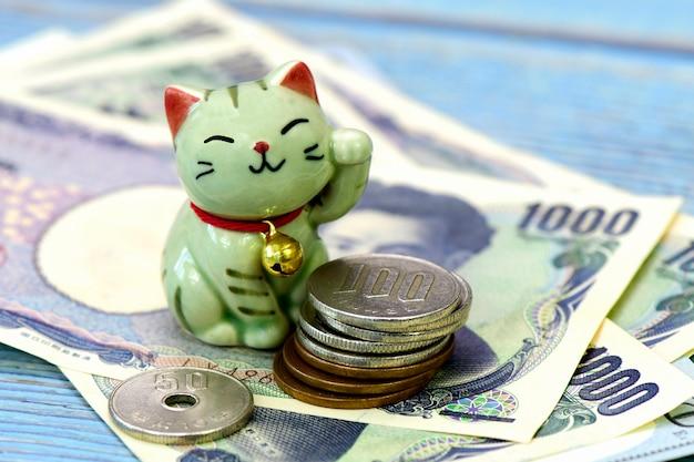 まねきねこ、ラッキーキャット、そして日本のお金。 Premium写真