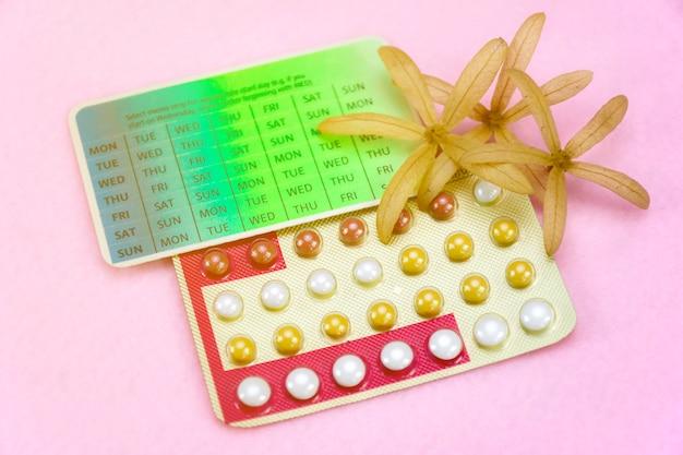 Концепция образования контрацепции с противозачаточными таблетками. Premium Фотографии