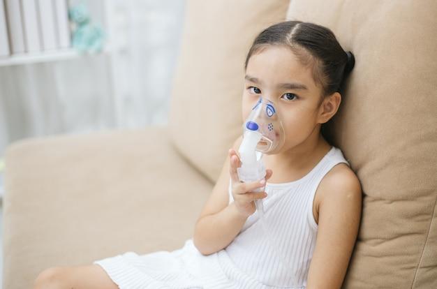 柔らかい煙の吸入器のマスクによる子供の患者の吸入療法 Premium写真