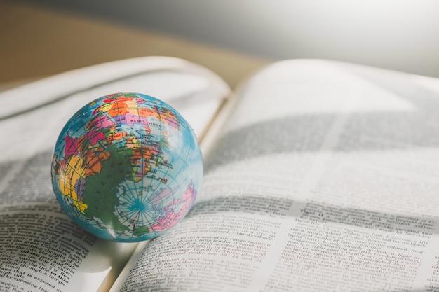 Мировой глобус на книгу. концепция образовательной школы Premium Фотографии