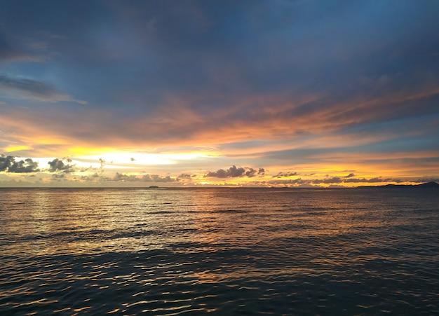 Красивое закатное небо над облаками с драматическим светом Premium Фотографии