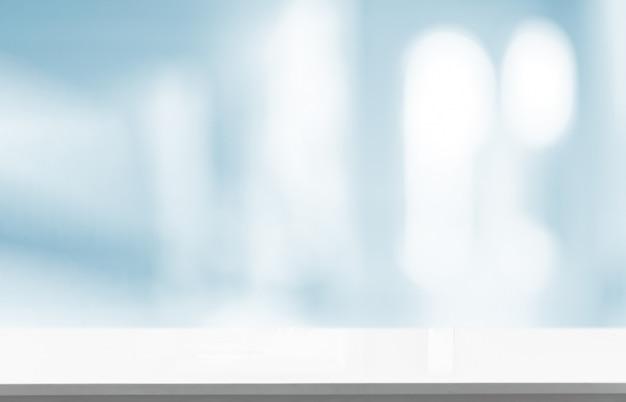 Белая пустая поверхность в размытой пустой комнате Premium Фотографии