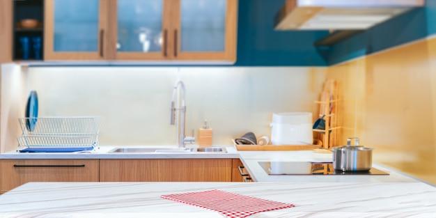 Современная кухня с красной клетчатой тканью Premium Фотографии