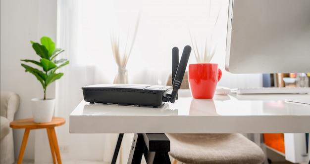 Макрофотография беспроводной маршрутизатор в гостиной дома, оборудование для работы из дома Premium Фотографии