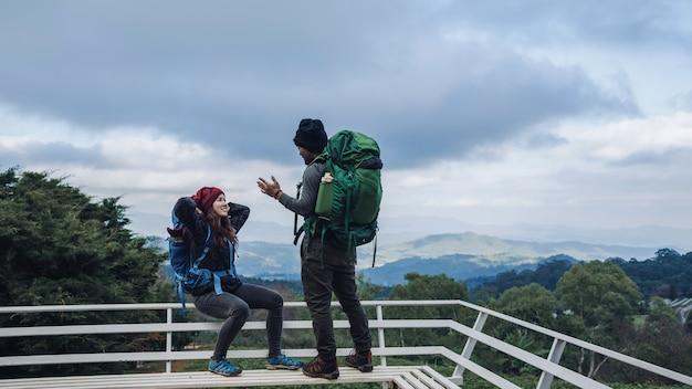 Азиатские пары путешествуют природа в горах зимой. Premium Фотографии