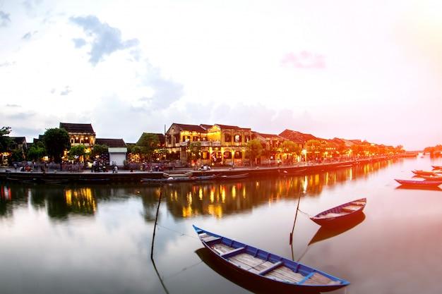 Хой старый город красивая красочная ночь во вьетнаме Premium Фотографии