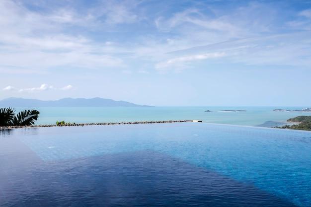 雲と青い空と山のプールビュー Premium写真